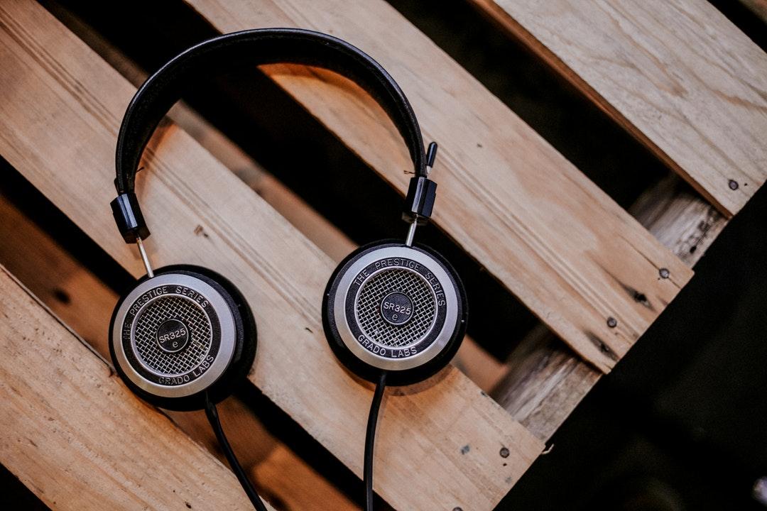 headphones vs earbuds