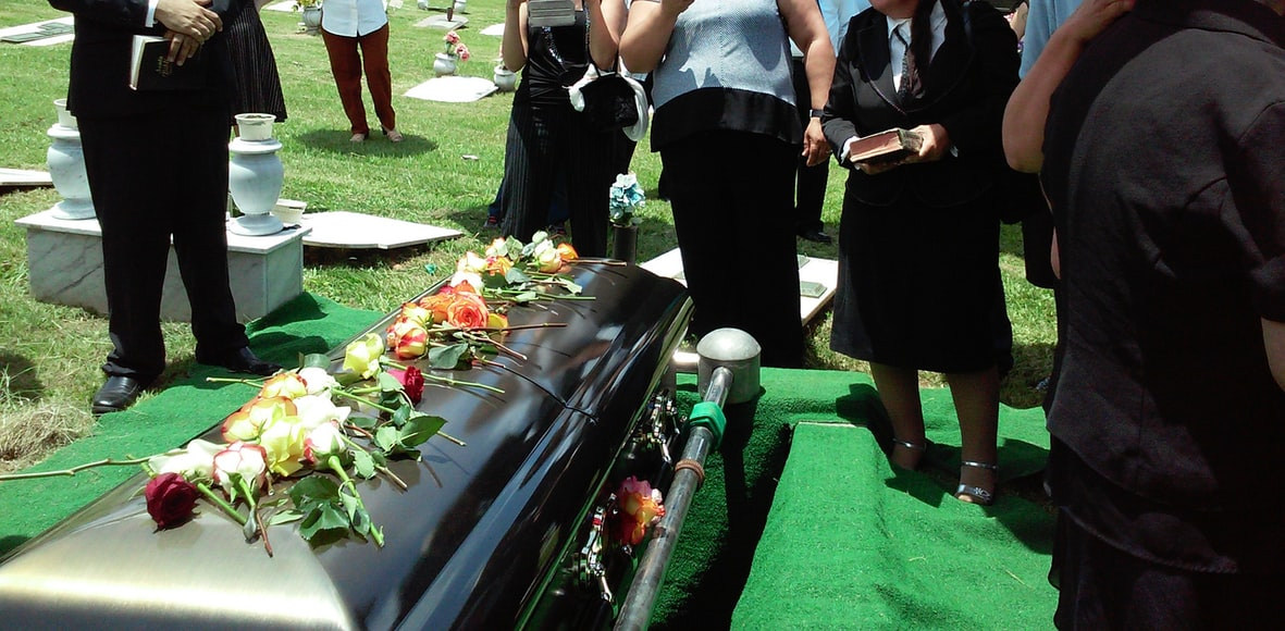 The main differences between coffin vs casket: what you need to know